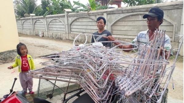 Nông dân sản xuất ngôi sao Giáng sinh kiếm tiền triệu mỗi ngày