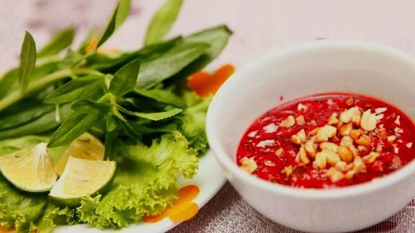 """Báo nước ngoài cảnh báo về món tiết canh """"khoái khẩu"""" của Việt Nam"""