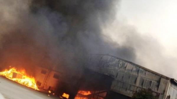 Cháy lớn tại công ty bánh kẹo, công nhân hoảng sợ tháo chạy