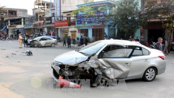 Xe ô tô mang BKS Vĩnh Phúc va chạm mạnh với xe ngược chiều khiến 3 người bị thương nặng