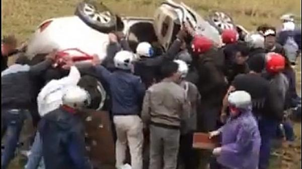 Vĩnh Phúc: Thót tim xe ô tô nghi mất lái lộn nhiều vòng xuống ruộng như phim hành động, hàng chục người giải cứu