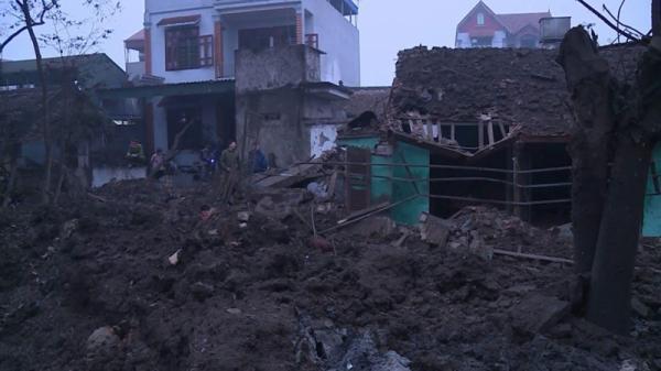 NÓNG: Nổ lớn, 5 nhà sập, 2 người tử vong, nhiều người bị vùi lấp