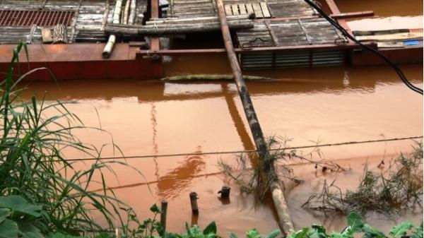 Nước Sông Lô đổi màu thất thường, dân hoang mang, lo lắng