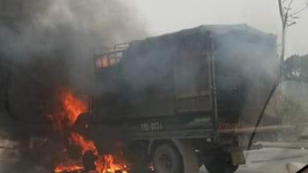 Tài xế Vĩnh Phúc điều khiến xe tải đang chạy đột ngột cháy dữ dội trơ khung