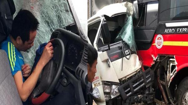 """Kinh hoàng xe khách """"đóng đinh"""" vào xe tải của tài xế Vĩnh Phúc, hàng chục học sinh hoảng loạn"""