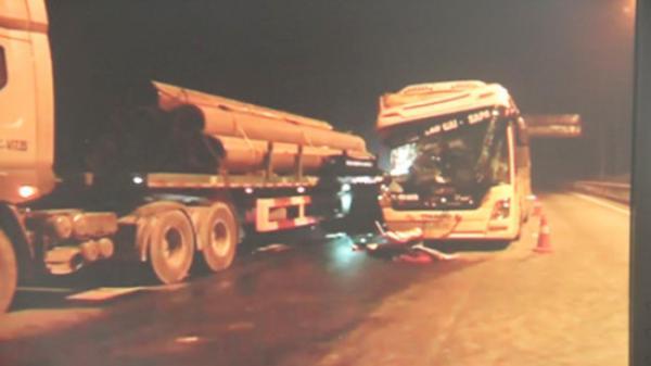 Vĩnh Phúc: Ô tô khách tông xe đầu kéo, 6 người thương vong