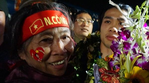 Hé lộ nỗi lòng giấu kín của mẹ Công Phượng U23 Việt Nam khi con bị 'lãng quên' ngày trở về