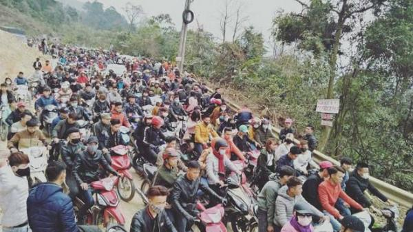 """Vĩnh Phúc: Tam Đảo """"thất thủ"""", du khách chôn chân tại đường đèo"""