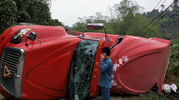 Tai nạn kinh hoàng xe đầu kéo lật ngang đè lên xe máy, thai phụ may mắn thoát chết trong gang tấc