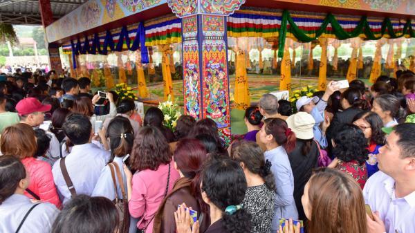 Cận cảnh tranh Mandala Phật Quan Âm bằng ngọc đá quý lớn nhất Việt Nam được hàng nghìn người tới chiêm ngưỡng