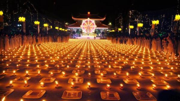 """Dân mạng hốt hoảng với hình ảnh lễ hội Hoa đăng Tây Thiên (Vĩnh Phúc) """"thất thủ"""""""