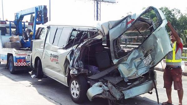 Tai nạn kinh hoàng xe khách 16 chỗ bị tông trên cao tốc, 2 người thương vong