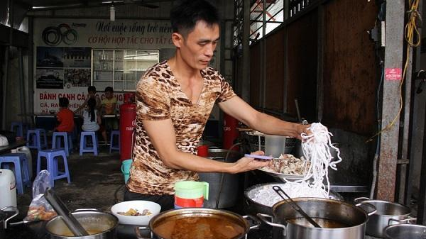 """Dân Sài Gòn ngất ngây với món bánh canh cá lóc """"Cường Đô la"""" của """"thiếu gia Vĩnh Phúc"""""""