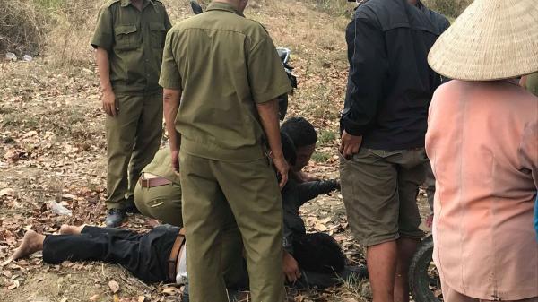 Cha mẹ gào khóc, đòi chết cùng khi phát hiện con trai duy nhất trượt chân tử vong dưới hồ đá làng đại học