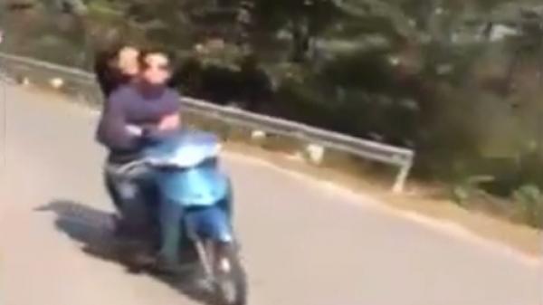 Quái xế đi xe máy buông tay đổ đèo Tam Đảo gây sốc