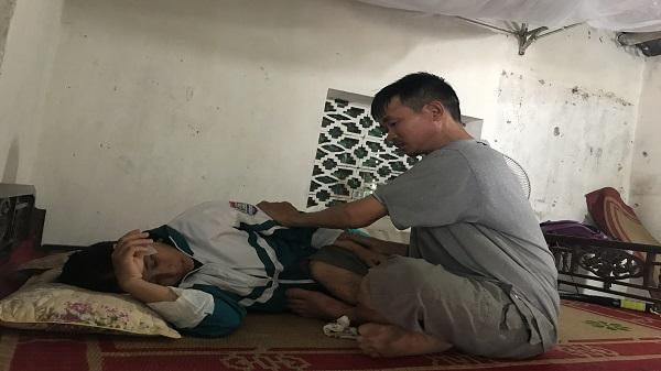 Giao Thủy - Nam Định: Người vợ khóc cạn nước mắt, chồng dị tật bẩm sinh chăm vợ bị u não trong căn nhà đi ở nhờ