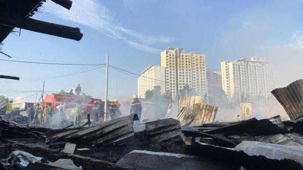 Cháy 50 lán trọ công nhân lúc sáng sớm, hàng trăm người khóc lóc ôm của tháo chạy