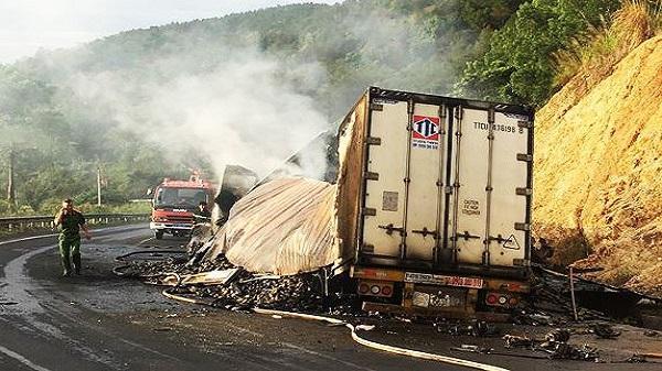 Nóng: Va chạm xe đầu kéo, 2 người trong xe container chở xoài cháy đen