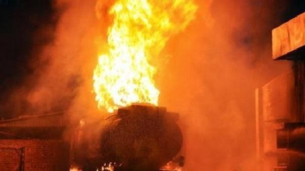 Nóng: Xe bồn tiếp nhiên liệu bất ngờ bốc cháy ngùn ngụt