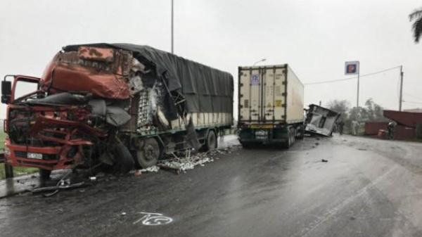 Nóng: Va chạm kinh hoàng giữa xe khách và xe container trên quốc lộ, 14 người thương vong