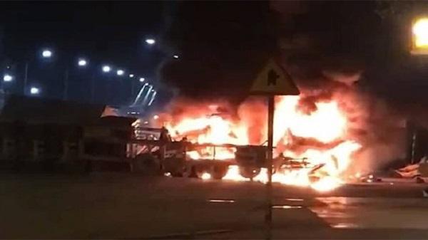 Nóng: 2 xe container nổ tung trước cổng trường, ít nhất 2 người tử vong