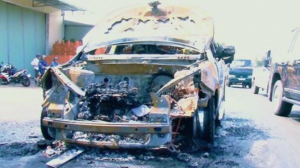 Vĩnh Long: Bố ôm con trai 8 tuổi thoát khỏi ô tô bốc cháy ngùn ngụt