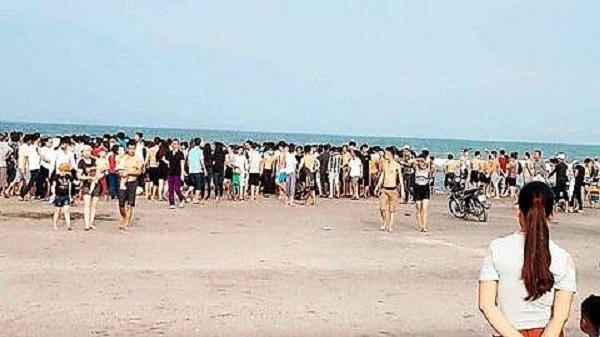 Nóng: Vợ trẻ 19 tuổi mang thai bị sóng biển cuốn, chồng lao ra cứu tử vong