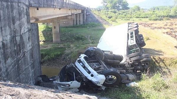 Tai nạn kinh hoàng: Va chạm với xe khách QL, xe đầu kéo lao qua thành cầu rơi xuống máng