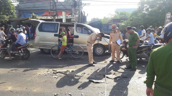 Xe du lịch va chạm với xe tải khiến 6 người bị thương, cả phường mất điện, ùn tắc giao thông hơn 1 tiếng
