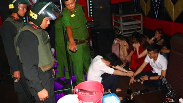 """Nóng: Khởi tố 10 đối tượng trong 77 """"dân bay"""" trong quán karaoke HiHi 67"""
