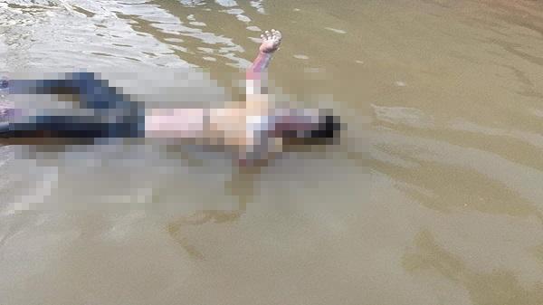 Phát hiện xác nam thanh niên chết trôi trên người có nhiều vết thương, đang thối rữa tại chân cầu