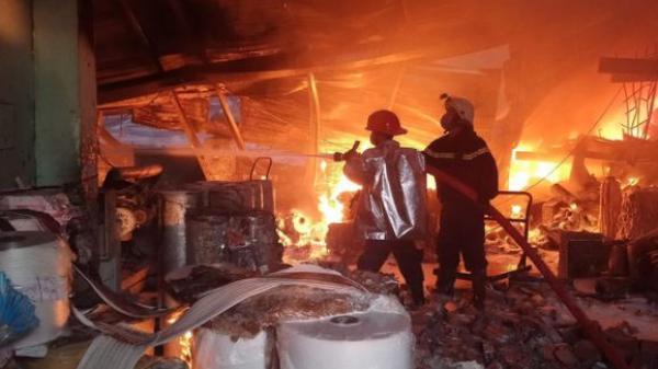 Cháy lớn tại công ty sản xuất khăn lạnh, 1.700 mét vuông diện tích nhà xưởng bị thiêu rụi, hàng trăm chiến sĩ PCCC tại hiện trường
