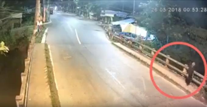 Hai nam thanh niên phóng xe với tốc độ 'bàn thờ' tông bà cụ ven đường văng xuống sông