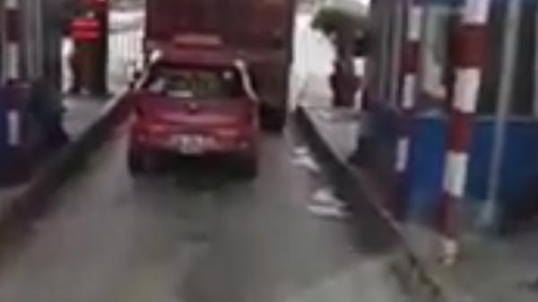 """Hải Phòng: Taxi nấp sau xe container, """"bùng"""" tiền qua trạm thu phí gây xôn xao"""