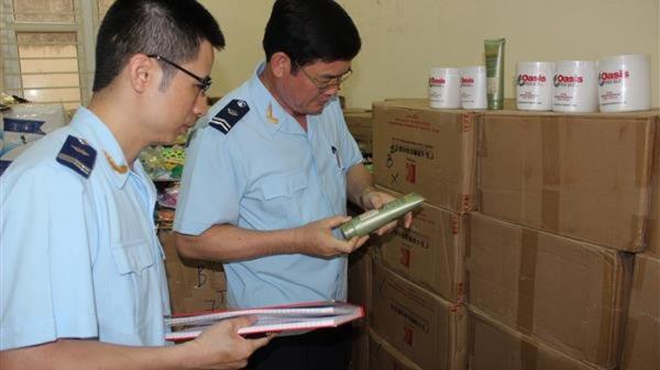 """Quảng Ninh: Bắt giữ tàu """"không số"""" vận chuyển hơn 2000 lọ mỹ phẩm nhập lậu"""