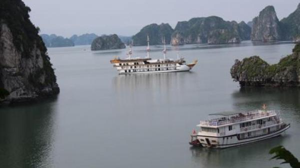 Sự thật vụ tàu Cát Bà thò qua Hạ Long (Quảng Ninh) bị đuổi