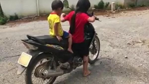 """Bố mẹ không quản, bé gái 10 tuổi vít ga xe máy chở em chạy băng băng, người lớn nhìn """"tim muốn bay ra ngoài"""""""