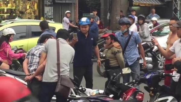 Xôn xao CĐM: Chồng đèo vợ bằng xe máy đi cướp giữa ban ngày bị người dân bắt tại trận