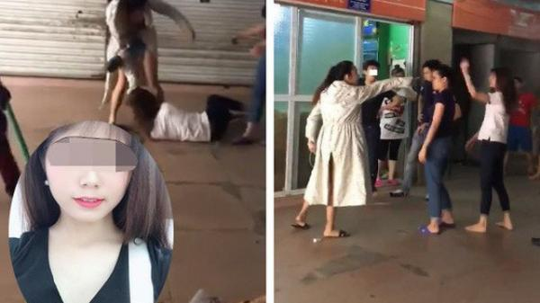 """Phẫn nộ: Vợ cũ bị """"vợ mới"""" của chồng đánh tới tấp: Anh ta cầm dao dọa không cho ai vào can"""