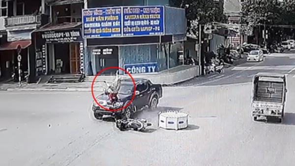 Hà Giang: Qua ngã tư thiếu quan sát, người phụ nữ bị xe bán tải hất tung văng xa nhiều mét