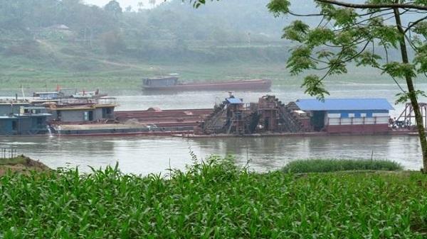 Vĩnh Phúc: Doanh nghiệp 'đục khoét' dòng sông Lô, người dân 'kêu trời' vì ruộng bị sạt lở