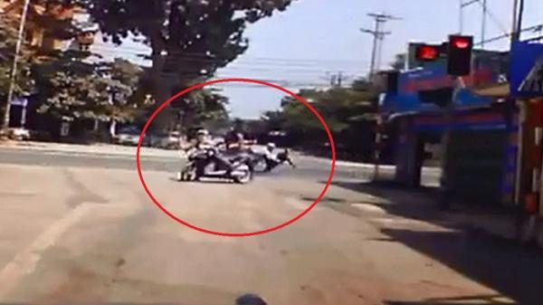 Vĩnh Phúc: Kinh hoàng Honda Vision vượt đèn đỏ cắt ngang ngã tư bị đâm ngã sõng soài