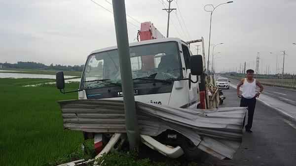 Vĩnh Phúc: Xe Thanh tra giao thông đâm vào cột đèn, gãy cọc tiêu?