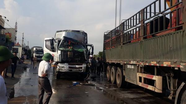 Kinh hoàng vụ 4 ô tô đâm nhau liên hoàn trên quốc lộ, cạy cửa cứu tài xế
