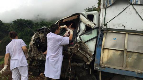 Cứu sống tài xế xe tải quê Vĩnh Phúc bị đa chấn thương mắc kẹt trong buồng lái sau tai nạn