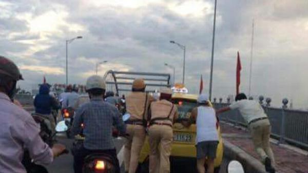 Cảm động hình ảnh CSGT đẩy xe taxi bị chết máy giúp tài xế