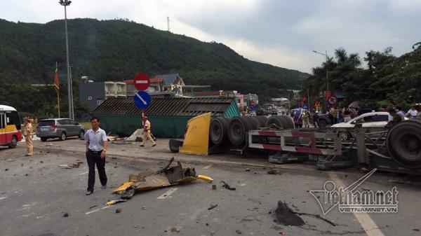 Xe container lật nhào trên quốc lộ, tài xế nguy kịch