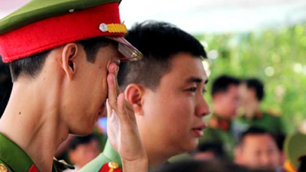 Vợ con khóc ngất bên di ảnh thượng úy cảnh sát tử vong khi chữa cháy