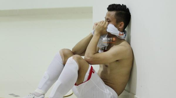 HLV Park Hang-seo ngỡ ngàng, Quế Ngọc Hải cởi áo ôm mặt thất thần trong đường hầm sau thẻ đỏ gây tranh cãi