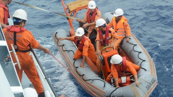 Cứu ngư dân gặp nạn trên biển ngay trước bão số 10
